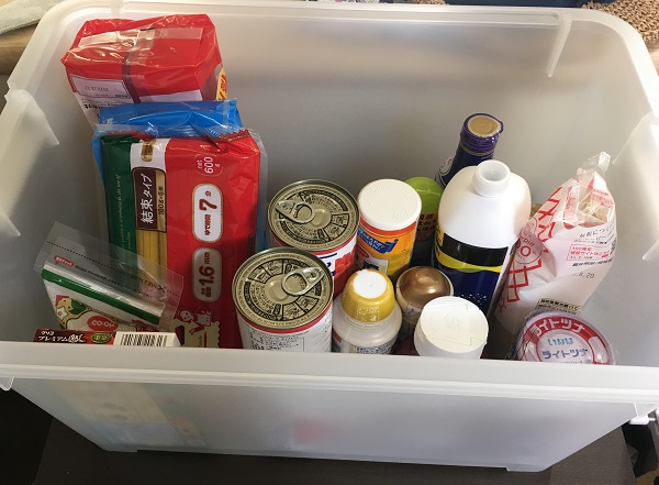 食品や調味料が入っている収納ボックス