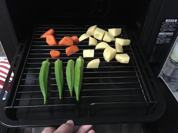 ヘルシオで蒸す前の野菜(にんじん、じゃがいも、オクラ)