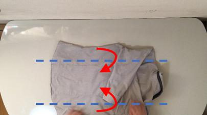 シャツの上下を谷折りにしている説明写真
