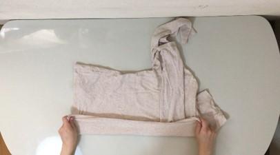 シャツの下4分の1くらいを上に折る説明写真