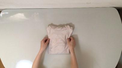 シャツをたたむ工程が完成した写真