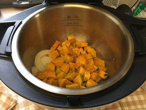 ホットクックで調理する前のかぼちゃのポタージュ