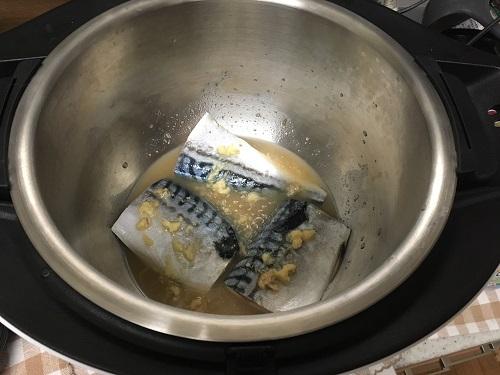 ホットクックで調理する前のサバの味噌煮