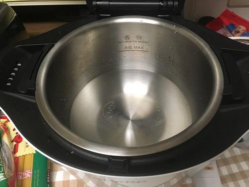 ホットクックの内鍋にお湯が入っている