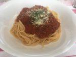 皿に盛られたミートソーススパゲティ