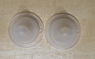 哺乳瓶の乳首が2つ並んで置かれている