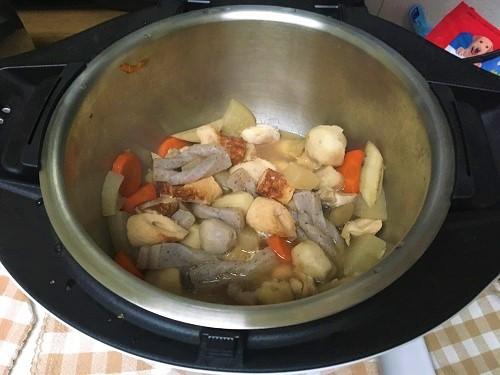 ホットクックで煮込んだ後の煮物が内鍋に入っている