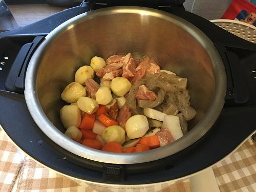 ホットクックで煮込む前の煮物が内鍋に入っている