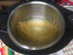 ホットクックの内鍋にお湯と茹でる前の麺が入っている