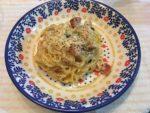皿に盛られたカルボナーラ