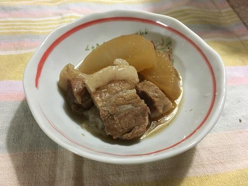 皿に盛られた豚の角煮