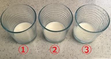 ミルクの入った3つのグラスが並んでいる