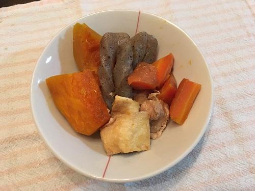 皿に盛られたカボチャの煮物