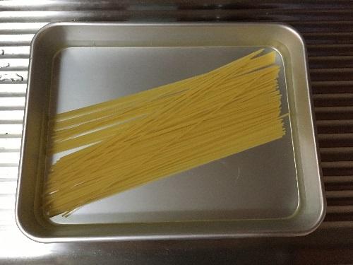 水に漬ける前のスパゲッティの乾麺