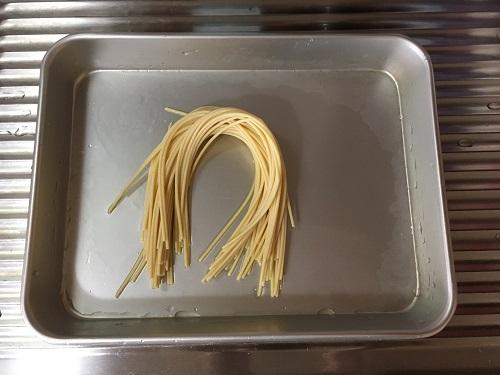 水に漬けた後のスパゲッティの乾麺