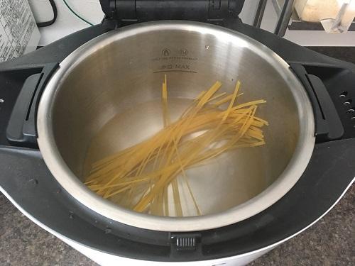 ホットクックで茹でる前のスパゲティ