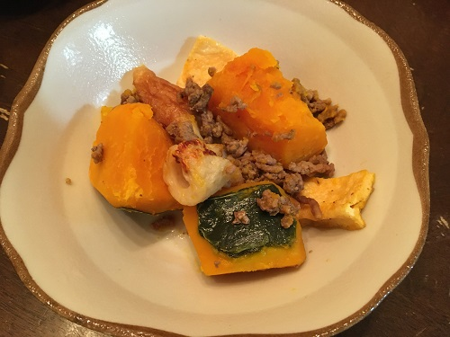 皿に盛られたカボチャとそぼろの煮物