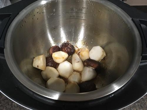 ホットクックで調理した後の里芋とシイタケの煮っころがし