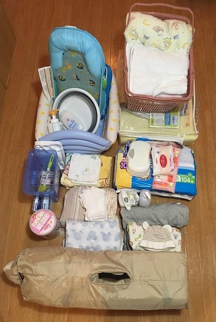 新生児用品が床に並べられた写真