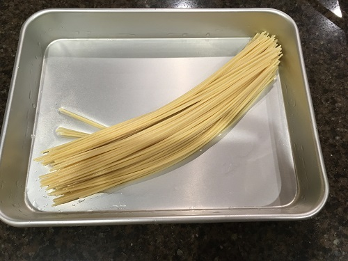 水に浸かって柔らかくなったスパゲティ
