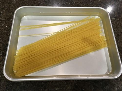 水に浸かったスパゲティ
