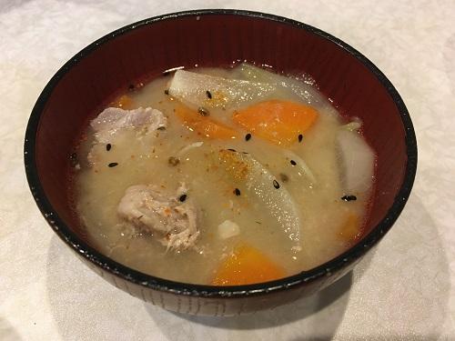 皿に盛られた豚汁
