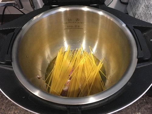 ホットクックで調理する前のペペロンチーノ