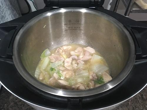 ホットクックで調理した後の鶏肉と白菜の中華風炒め