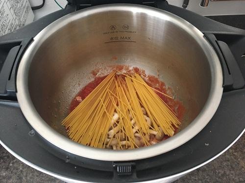 ホットクックで調理する前のツナとしめじのトマトスパゲティ