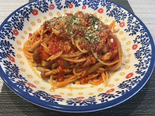 皿に盛られたツナとしめじのトマトスパゲティ