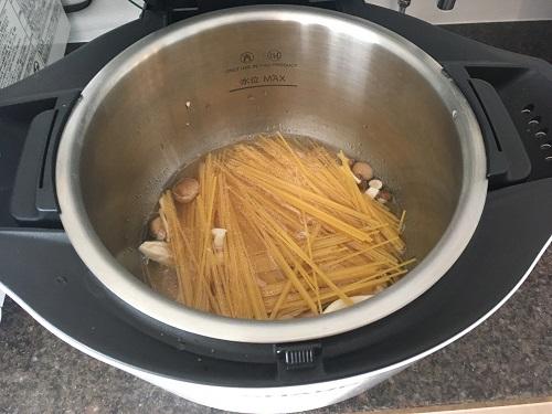 ホットクックで調理する前の和風パスタ