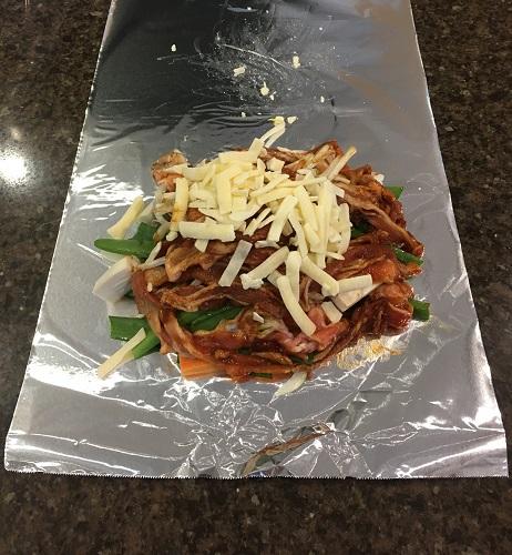 アルミホイルの上に乗せられた野菜と豚肉