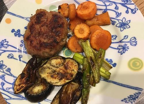 皿に盛られたハンバーグとグリル野菜