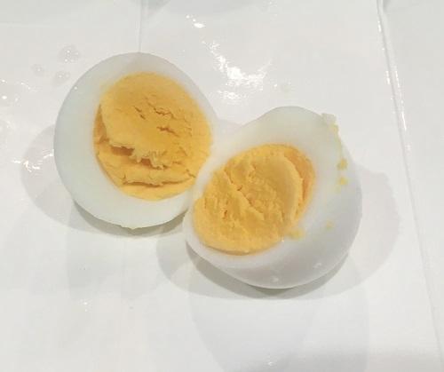 半分に切られたゆで卵