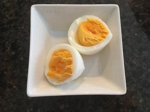 皿に盛られたゆで卵