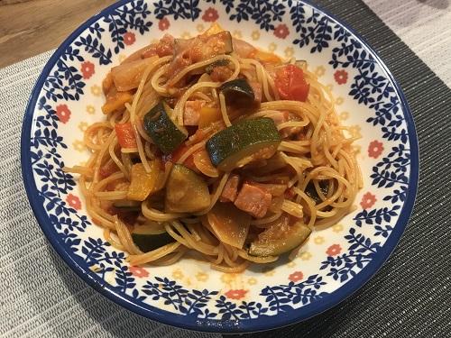 皿に盛られたラタトゥイスパゲッティ