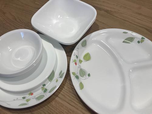 並べられた複数のコレールのお皿