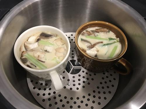 ホットクックの内鍋に入った調理後の2つの茶碗蒸し