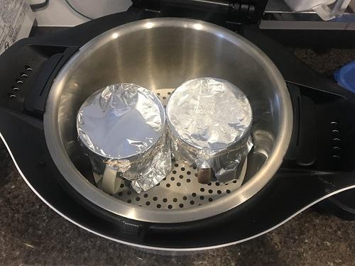 ホットクックの内鍋に入った調理前の2つの茶碗蒸し