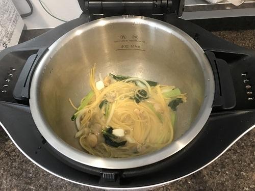 内鍋に入った調理が完了した麺と野菜