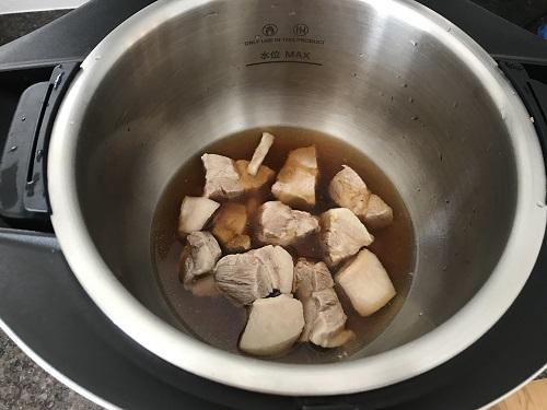 内鍋に入った調理前の豚の角煮