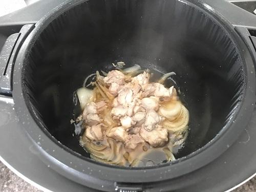 内鍋に入った煮込まれた鶏肉、卵、玉ねぎなど