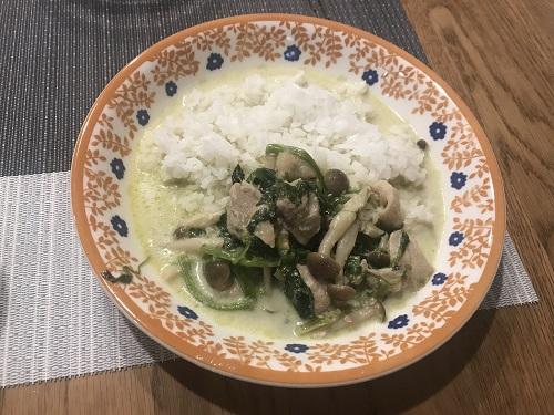 ホットクックで調理して皿に盛られたグリーンカレー